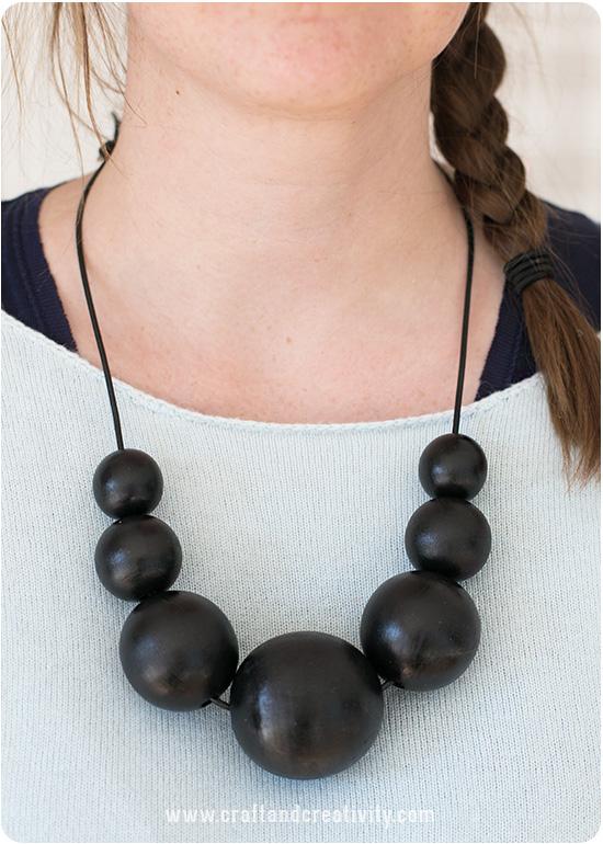 Halsband med målade träpärlor av Craft & Creativity